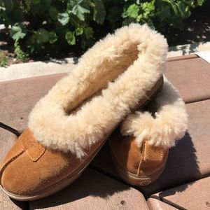UGG Womens size 7 Sheepskin Suede Slippers Shoes